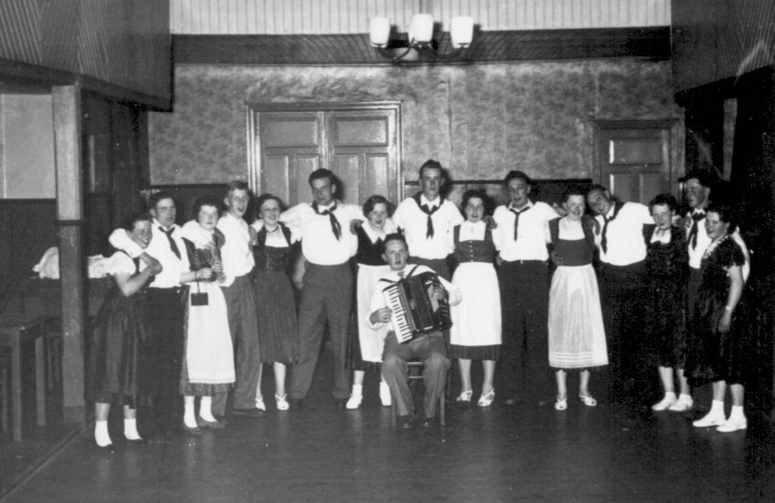 von links nach rechts Magd bei Mählmann, Tenstedt(?), Heinrich Vagelpohl, Maria Riemann(Ovelgönne), Hubert Beckermann, Anna Bohmann (Hilgefort), Franz-Josef Beckermann, Margret Vagelpohl (Niemann), Hubert Willenborg, Maria Gramann (Hackmann), Bernd Bohmann, Resi Frieling (Meyer), Aloys Bohmnann, Elisabeth Bohmann(?), Heinz Sieverding (Molkerei) Magd (?), Musik Willi Mählmann