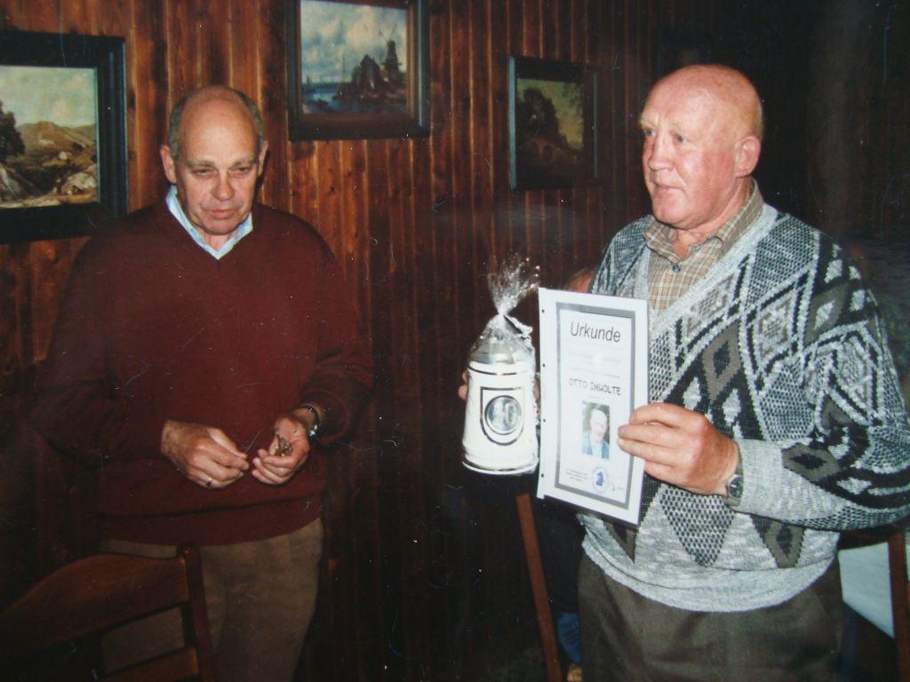 Überreichung einer Urkunde und eines Bierkruges an Otto Imholte für die Teilnahme an 50 Fahrradtouren durch Alfons Marischen | Foto August Ovelgönne