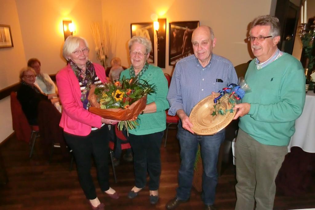 Überreichung von Ehrenteller und Blumenstrauß durch Manfred Plog und Ria Thomas an Alfons und Lisa Marischen, 7.10.2015 | Foto: Manfred Plog